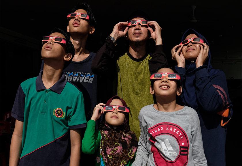 Pengunjung menyaksikan fenomena gerhana matahari separa melalui kaca mata khas di Masjid Sultan Idris Shah 2, Ipoh, 21 Jun, 2020. --fotoBERNAMA