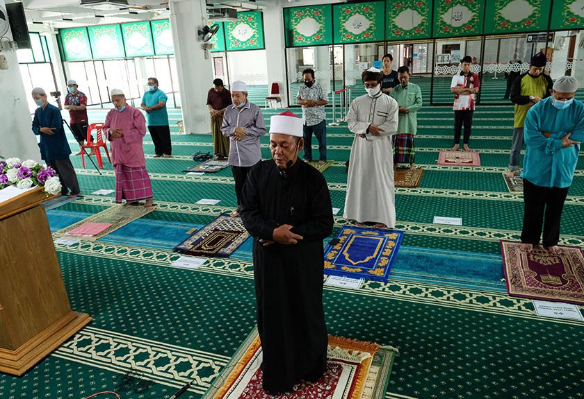 Imam Masjid Negeri Perak mengimamkan solat sunat gerhana matahari separa di Masjid Sultan Idris Shah 2, Ipoh, 21 Jun, 2020. --fotoBERNAMA