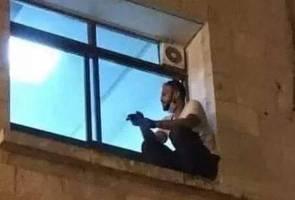 Panjat saluran paip, duduk tepi tingkap demi pantau ibu yang dijangkiti COVID-19 3