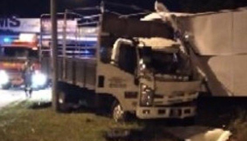 Anggota polis itu dilaporkan kritikal manakala kelindan lori tiga tan yang membawa muatan barangan komputer itu terselamat.