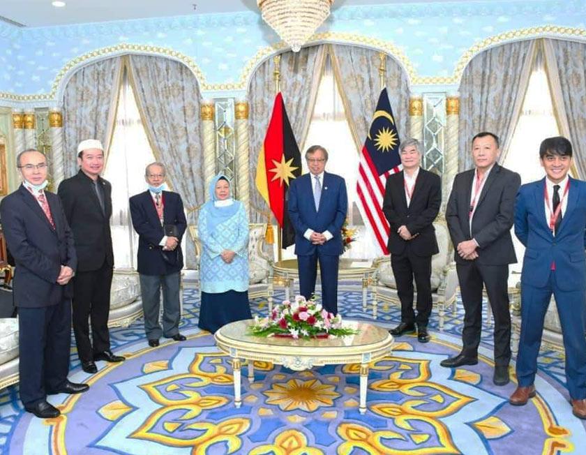 Kunjungan hormat tersebut diketuai oleh Ketua Pegawai Eksekutif Astro Malaysia Holdings Berhad, Henry Tan di Wisma Bapa Malaysia, Kuching. -Gambar Astro AWANI