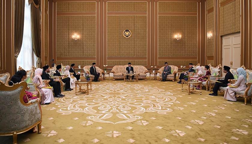 Yang di-Pertuan Agong Al-Sultan Abdullah Ri'ayatuddin Al-Mustafa Billah Shah (tengah) berkenan hadir mengurniakan Biasiswa Yang di-Pertuan Agong (BYDPA) 2020/2021 kepada 11 penuntut institusi pengajian tinggi di Istana Negara hari ini. - Foto BERNAMA