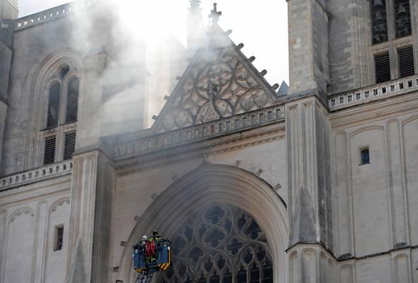 Gereja gothik terbakar: Pihak berkuasa Perancis lancar siasatan kebakaran