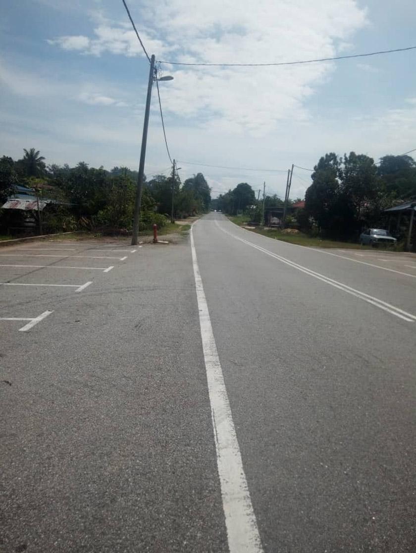 Jalan utama di pekan Napoh yang sibuk setiap hari kini lengang. Gambar: Astro Awani