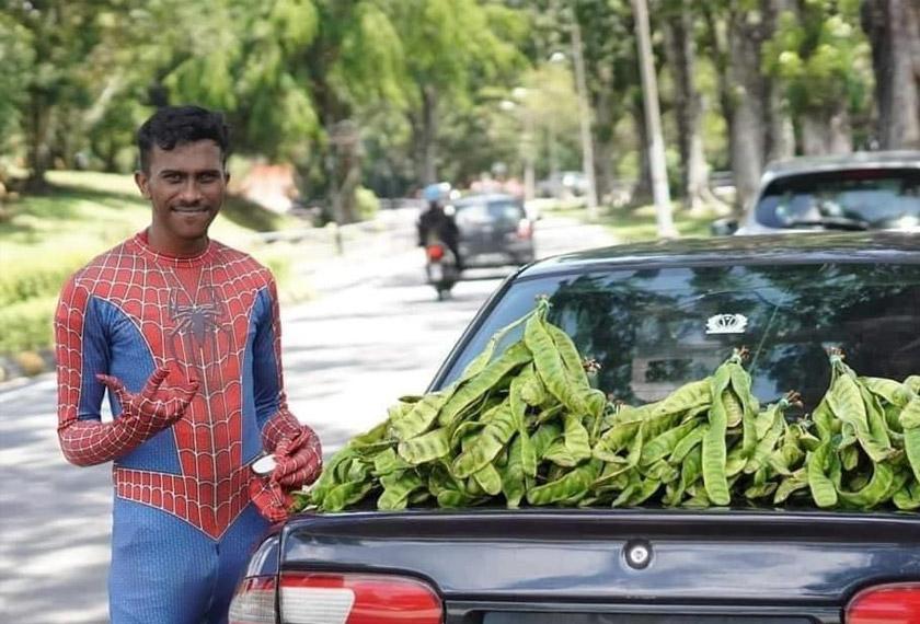 Selvakumar bercita-cita untuk menjadi seorang pegawai polis dan hanya berniaga petai untuk pendapatan tambahan. Gambar: Astro AWANI