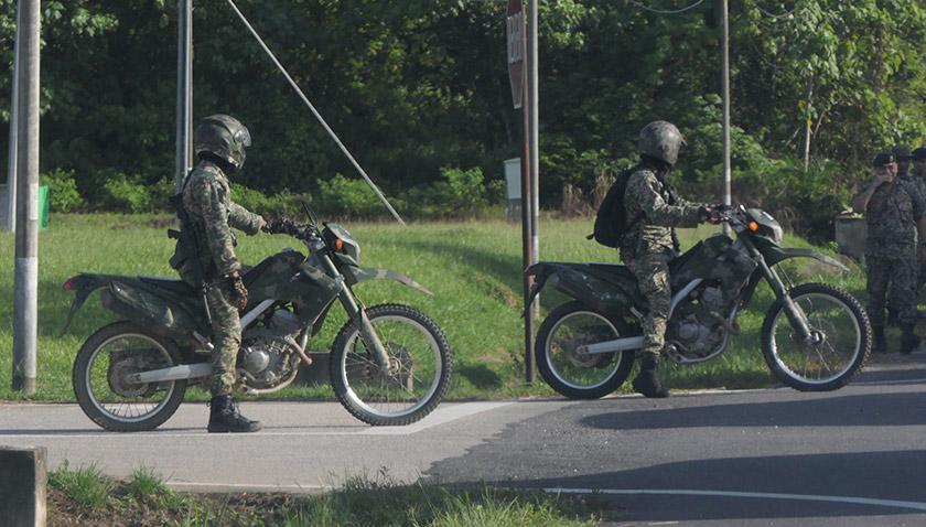 Anggota enam briged turut menggunakan motosikal lasak untuk memudahkan rondaan di sekitar sempadan. -Astro AWANI/Fareez Azman