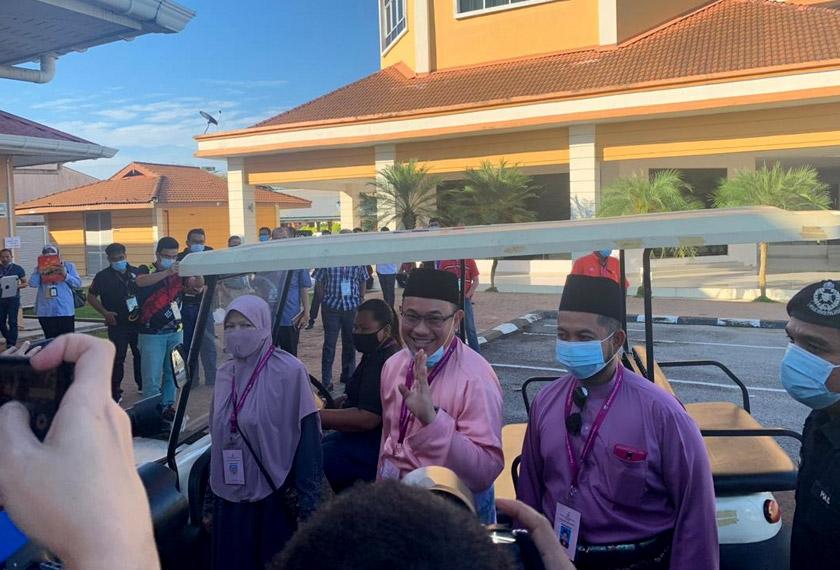 Beberapa minit selepas itu,  calon bebas, Amir Khusyairi Mohamad Tanusi, pula tiba di pusat penamaan pada pukul 8.58 pagi.