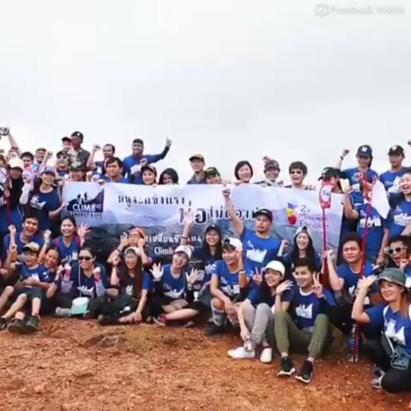 Zy bersama keluarga kelainan upaya lain berjaya mendaki gunung.