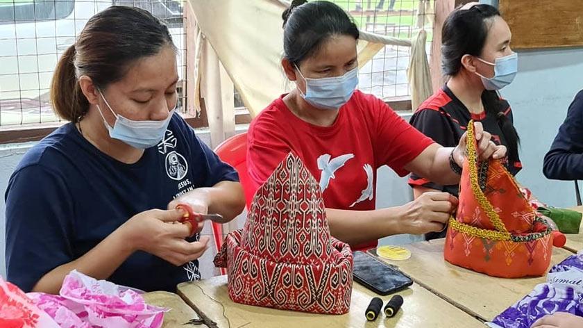 Produk daripada kain tenunan yang mengangkat budaya etnik Dusun itu dijual pada harga RM600 setiap satu.