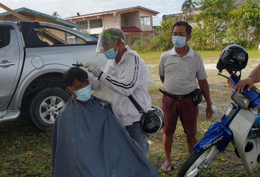 Garis panduan keselamatan tidak diabaikan oleh Anjang Mat ketika menggunting rambut pelanggannya. -Gambar Astro AWANI