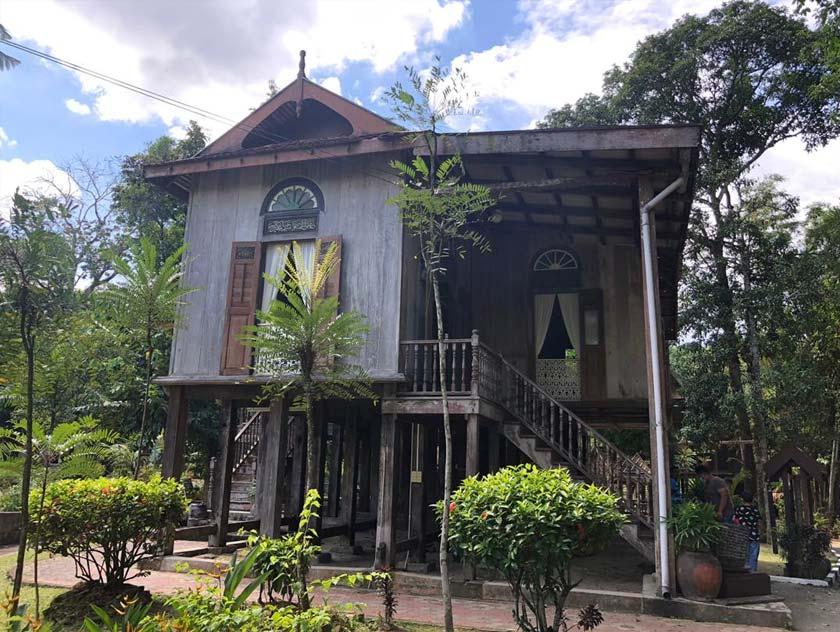 Rumah Tele pula merupakan rumah bangsawan Diraja mengetengahkan budaya adat dan budaya, demo pakaian tradisional dan mencanting batik. - Foto Astro AWANI/Fauzi Suhaimi