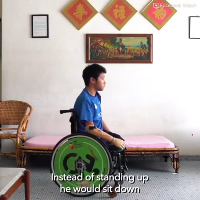 Zy jarang menggunakan kerusi roda sebaliknya diberikan kaki palsu oleh ayahnya untuk berjalan dan bergerak.