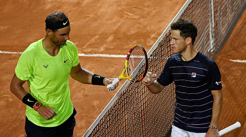 Diego Schwartzman dan Rafael Nadal selepas berakhirnya perlawanan mereka di Terbuka Itali, di Rom, 19 Sept, 2020. REUTERS