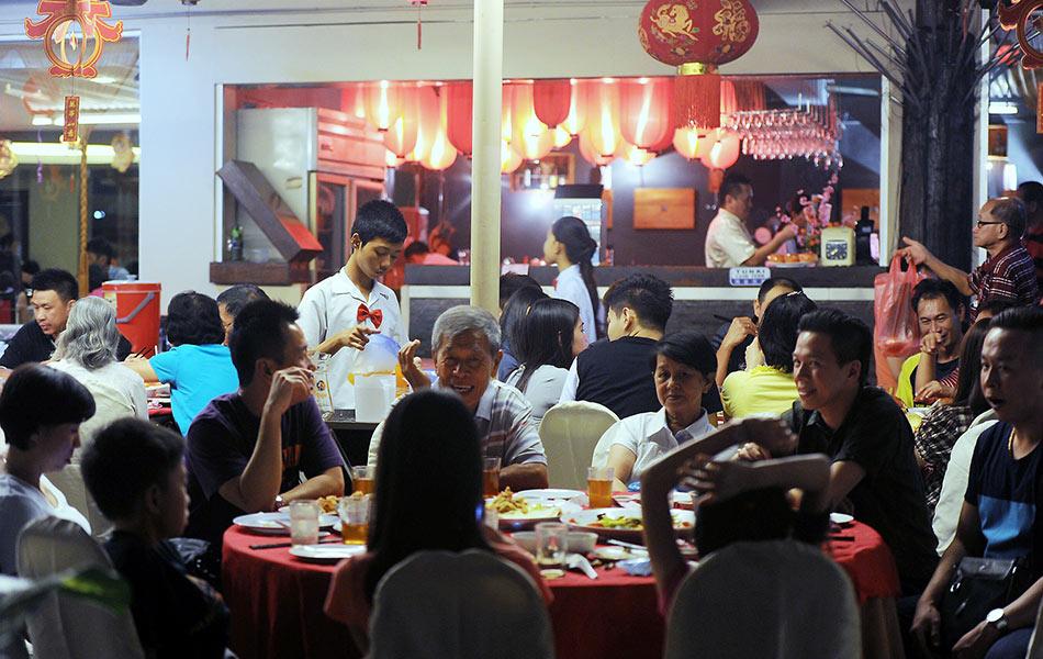 Hari kelapan Tahun Baru Cina merupakan hari sebelum sambutan kelahiran Maharaja Jade berlangsung selain mengadakan makan malam istimewa bersama keluarga bagi memberi penghormatan kepada Yu Huang, pemerintah syurga.