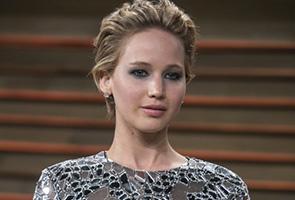 Berang diekori, Jennifer Lawrence tunjuk isyarat lucah kepada paparazi