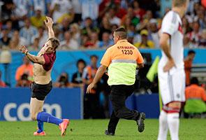 Lelaki ceroboh padang, final Piala Dunia hampir terhenti