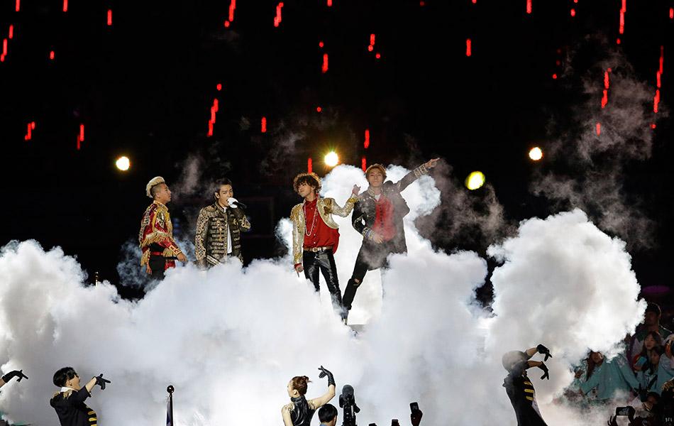 Kumpulan band lelaki Korea Selatan yang menjadi sensasi dunia 'Big Bang' juga turut melakukan persembahan ketika Majlis Penutupan Sukan Asia ke-17 pada hari Sabtu,4 Oktober, 2014.-AP Photo/Lee Jin-man