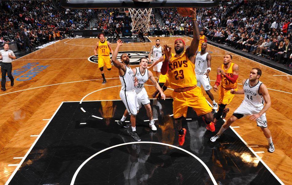NEW YORK, NY - 8 DISEMBER: LeBron James #23, pemain Cleveland Cavaliers sedang beraksi menentang Brooklyn Nets pada 8 Disember, 2014 di Barclays Center, Kota Brooklyn, Bandar New York. NOTE TO USER: User expressly acknowledges and agrees that, by downloading and or using this Photograph, user is consenting to the terms and conditions of the Getty Images License Agreement. Mandatory Copyright Notice: Copyright 2014 NBAE   Jesse D. Garrabrant/NBAE via Getty Images/AFP