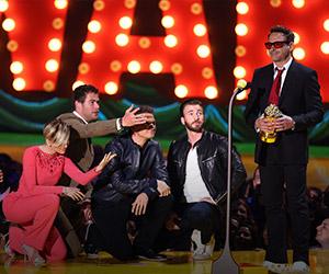 Pelakon Rebel Wilson bergaya dengan sayapnya di hadapan jurugambar di Anugerah MTV Movie 2015 pada 12 April, 2015 di Los Angeles, California. - FOTO AFP/ FREDERIC J. BROWN | Astro Awani