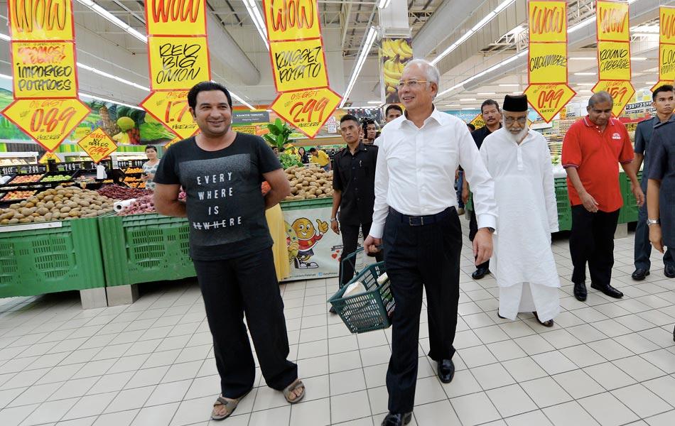 Perdana Menteri Datuk Seri Najib Tun Razak melakukan tinjauan harga barang dan membeli beberapa barangan keperluan pada hari pertama pelaksanaan Cukai Barang dan Perkhidmatan (CBP) di Pasaraya Giant Kota Damansara pada 1 April 2015. -fotoBERNAMA (2015)