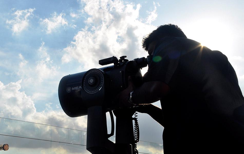 Pegawai Mufti Pejabat Mufti Wilayah Persekutuan Muhammad Nordin Raj Abdullah menggunakan teleskop yang mempunyai 70 kali ganda dari jarak penglihatan biasa untuk melihat anak bulan Ramadan di Menara Kuala Lumpur pada 16 Jun, 2015. Lokasi itu merupakan antara lokasi memerhati anak bulan bagi menetapkan tarikh permulaan puasa tahun ini berdasarkan Rukyah serta Hisab. - fotoBERNAMA