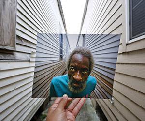 Jurugambar Carlos Barria, memegang foto Joshua Creek yang diambil pada 13 September, 2005. Dia berada di lokasi yang sama pada 16 Ogos, 2015. - REUTERS/Carlos Barria | Astro Awani