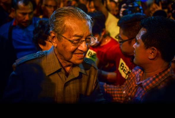 Dr Mahathir tiba di Dataran Merdeka pada jam 7.25 malam ini. - Astro AWANI/Shahir Omar | Astro Awani