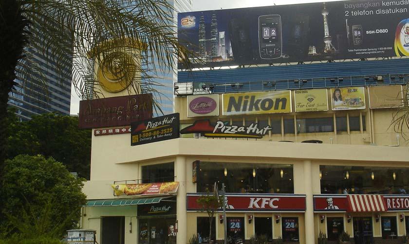 """Empat dekad bukan satu jangka masa yang singkat.   Pemilik Binwani's, Chandru Binwani mengakui selepas lebih 40 tahun bertapak di Ampang Park, penutupan kompleks beli-belah tersebut Ahad ini seumpama satu perpisahan yang pilu.   Chandru (Binwani) mula beroperasi di Ampang Park sekitar tahun 1973. Komposisi bangunan tersebut yang terletak di salah satu jalan raya utama di ibu negara ini menjadi antara faktor utama perniagaan tekstil itu berkembang pesat seiring kemajuan Kuala Lumpur.   """"Selepas lebih 40 tahun, saya tak sangka hari ini menjadi antara hari terakhir saya berniaga di sini,"""" kata Chandru ketika ditemui Astro AWANI di sini hari ini.   Kompleks beli-belah tertua di negara itu akan ditutup untuk memberi jalan kepada projek pembangunan infrastruktur bandar raya.   Menurutnya, beliau menjadi saksi perniagaan yang bernaung di bawah payung Ampang Park.   Dari makanan, elektronik ke perkhidmatan, Chandru antara pengusaha yang pernah menjadi saksi jatuh bangunnya sesebuah perniagaan di situ.   """"Walaupun hendak dibandingkan dengan pusat beli belah yang sedia ada sekarang ini, sememangnya Ampang Park ini berbeza tetapi kami masih lagi menerima tempahan dari pengunjung yang setia,"""" kata Chandru.   """"Kami juga berasa amat sedih kerana telah menghabiskan masa lebih 40 tahun berniaga di Ampang Park dan kami akan berada di sini pada detik-detik akhir sebelum dirobohkan,"""" katanya .   Perasaan nostalgik itu turut dirasai pengunjung tetap Ampang Park.   Bagi kakitangan swasta, Zharif Razain berkata pengalaman bersama Ampang Park ini sangat mengamit kenangan.  """"Ampang Park nostalgianya banyak sebab ada sebuah butik Binwani's disini. Jadi dulu selalu beli baju Melayu dengan ibu dan ayah, jadi kenangan itu sangat mendalam,  """"Jadi rasa sangat sedih bila Ampang Park akan ditutup tetapi sudah sampai masanya Ampang Park ini 'pergi' dengan hati yang redha,"""" ujarnya.  Sementara itu, pengunjung tetap, Shahrudin Abdul Latiff memberitahu Astro AWANI, Ampang Park tempat yang sangat popul"""