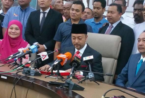 Menteri Besar Kedah Datuk Seri Mukhriz Mahathir hari ini mengumumkan peletakkan jawatannya ekoran krisis Menteri Besar yang melanda negeri itu. - Foto Bernama | Astro Awani