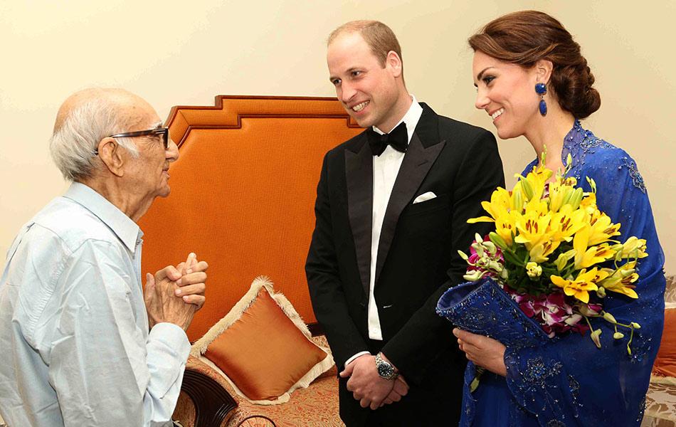 Gambar yang diambil pada 10 April, 2016, memaparkan Putera William dan isteri, Catherine berbicara dengan Boman Kohinoor(kiri) sewaktu pertemuan di Mumbai.  Boman, 93, dikatakan salah seorang peminat paling fanatik anggota keluarga Diraja Britain. - AFP PHOTO / BRITISH DEPUTY HIGH COMMISSION