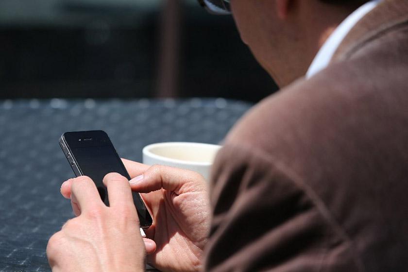Khabar yang tidak sahih seringkali dikongsi secara membuta-tuli oleh pengguna media sosial. - Gambar hiasan