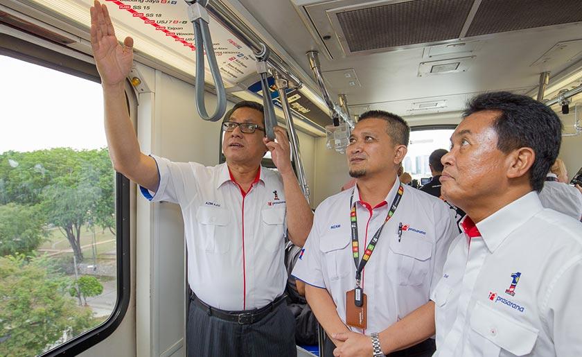 Dari Kiri: Azmi, Ketua Pegawai Eksekutif Rapid Rail Ahmad Nizam Mohd Amin dan Ketua Pegawai Eksekutif Praise Dato' Zohari Sulaiman menaiki tren dari Putra Heights ke Lembah Subang. - Gambar ihsan Prasarana