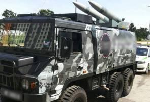 Kenderaan mirip trak pelancar tentera dirampas polis