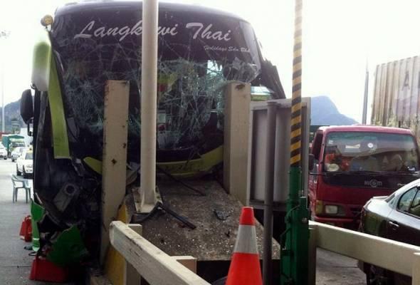 10 murid cedera, bas rempuh Plaza Tol Ipoh Selatan