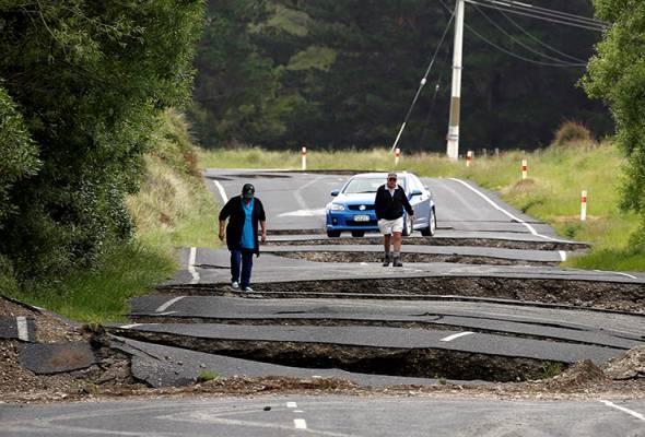 Penduduk tempatan Chris and Viv Young melihat kerosakan jalan State Highway One di South Island New Zealand berikutan gempa bumi. REUTERS/Anthony Phelps | Astro Awani