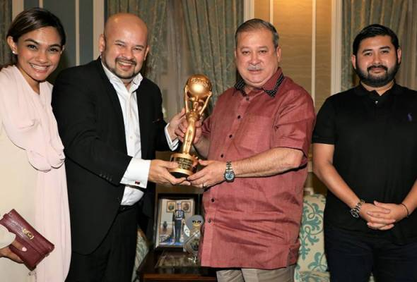 Harith (second from left) showed off his trophy to Sultan Ibrahim in Johor Bahru today. Also present were Jezamin (left) and Tunku Ismail | Astro Awani