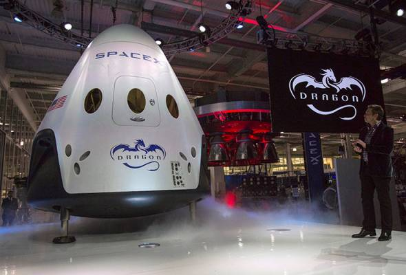 SpaceX CEO Elon Musk (R) unveils the Dragon V2 spacecraft in Hawthorne, California May 29, 2014. REUTERS   Astro Awani