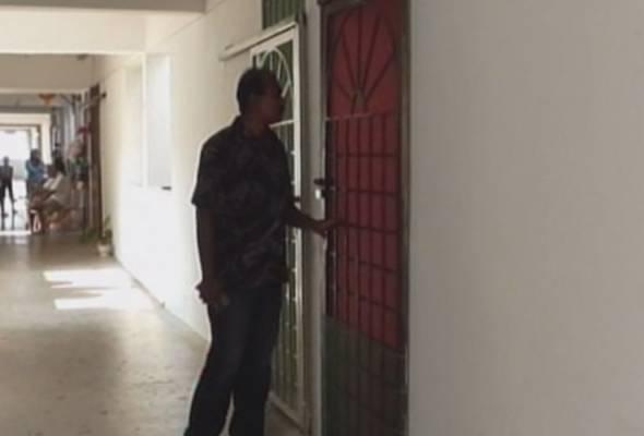 Ketiga-tiga individu ditahan di kediaman mereka di blok A-18-17, Apartment Impian Baiduri, Petaling Jaya awal pagi tadi.   Astro Awani