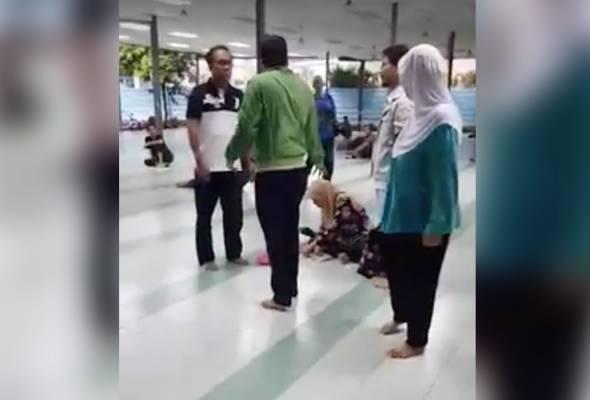 Video berdurasi 15 saat itu memperlihatkan seorang lelaki muda memarahi dua warga emas di sebuah masjid di Kuala Lumpur.   Astro Awani