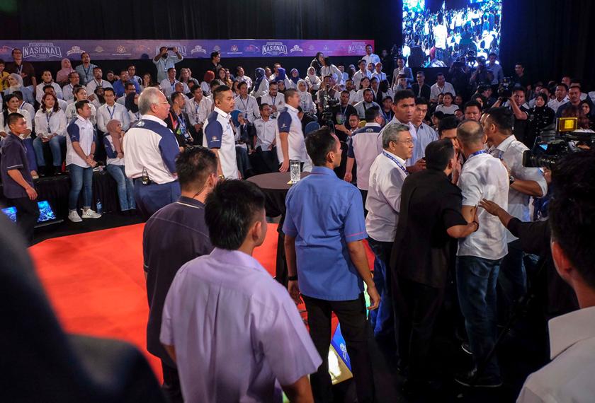 David Teo diarahkan keluar susulan ketegangan yang berlaku di program Dialog TN50 Bersama Perdana Menteri: Segmen Penggiat Seni (Budayawan), di Dewan Bankuet, Seri Perdana, pada Rabu.