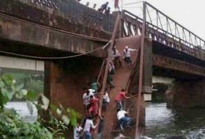 Jambatan runtuh di India, 2 maut 30 hilang