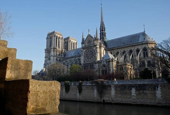 Pihak polis ketika ini menghalang orang ramai daripada memasuki kawasan sekitar Notre Dome - REUTERS/Vincent Kessler | Astro Awani