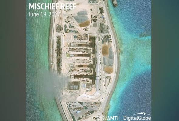 Beijing yang cuba menjadikan kawasan itu sebagai milik tentera dengan pembinaan kemudahan tentera di atas pulau-pulau buatan dan batu karang di sekitar perairan itu. - Gambar fail CSIS/AMTI DigitalGlobe/Handout via REUTERS | Astro Awani