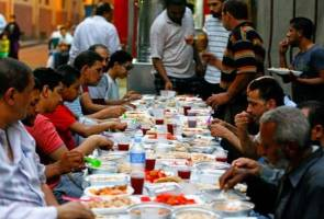 Egyptian Christians organise daily meals for Muslim neighbours