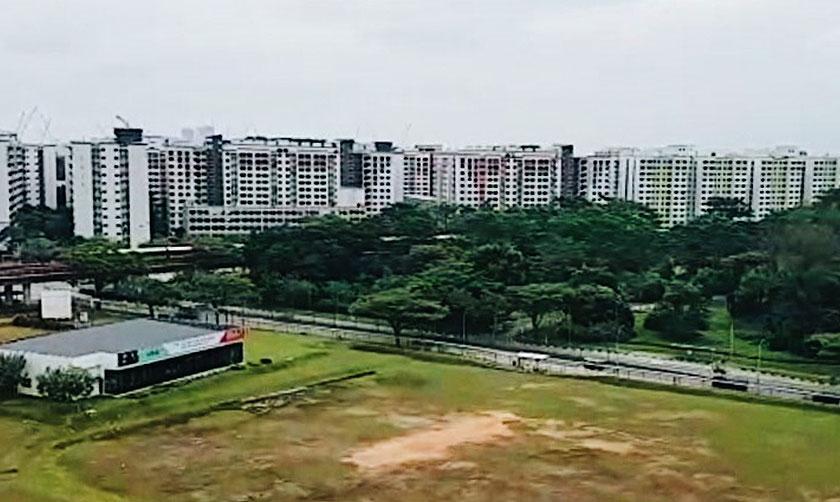 Kawasan yang belum dibangunkan di tengah-tengah kawasan pangsapuri HDB berdekatan Stesen Sembawang. - Gambar Karim Raslan