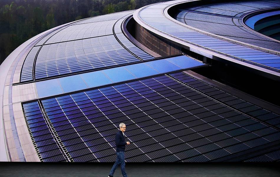 CEO Apple, Tim Cook, menerangkan aplikasi terbaharu pada telefon pintar keluaran syarikat itu semasa majlis pelancaran di di Cupertino, California pada 12 September 2017. - REUTERS/Stephen Lam