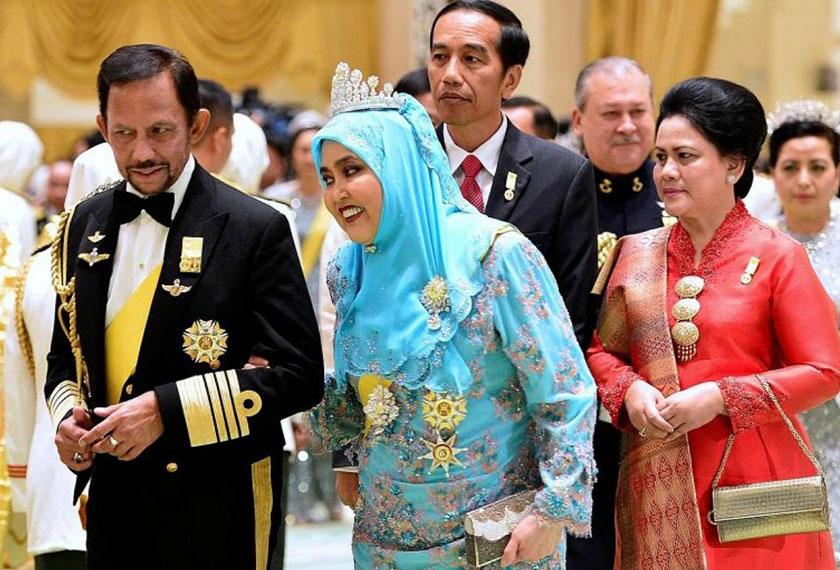 Sultan Hassanal Bolkiah dan Ratu Saleha mempersilakan para tamunya, Presiden Indonesia Joko Widodo dan Sultan Johor Ibrahim Ismail, menuju ruang jamuan. Foto The Straits Times