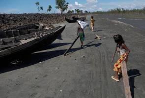 Bangladesh destroys boats ferrying Rohingya from Myanmar