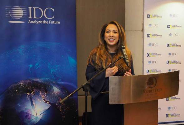 Rohana giving a speech at the Digital Transformer in Malaysia award from IDC ASEAN Managing Director Sudev Bangah (left) while IDC Malaysia Research Director Pranabesh Nath looks on. - Pic Astro Group | Astro Awani