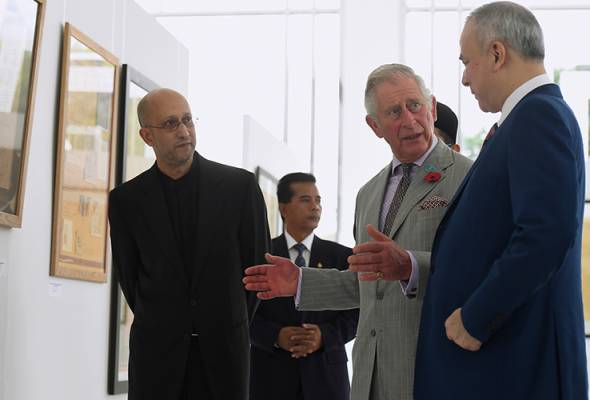 Sultan Nazrin and Prince Charles visited two main galleries - the calligraphy section and a section that featured a collection of miniature mosques from all over the world. - BERNAMA pic | Astro Awani